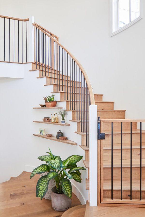 Kệ nổi hiện đại dưới cầu thang tạo cảm giác đơn giản và thanh lịch.