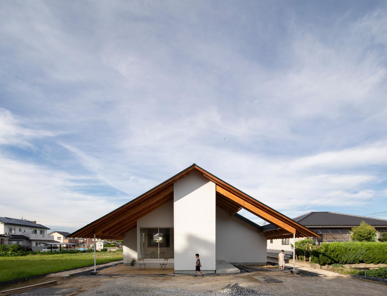 Ấn tượng ngôi nhà hình chữ thập với mái hiên khổng lồ