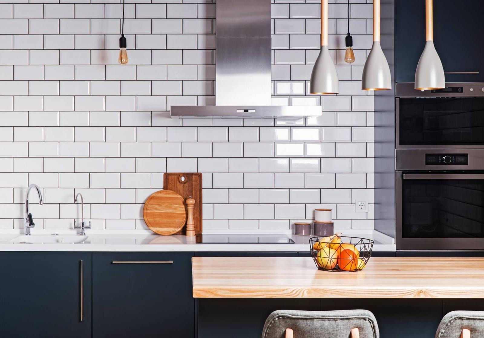 Góc phòng bếp có tường ốp gạch thẻ kiểu so le