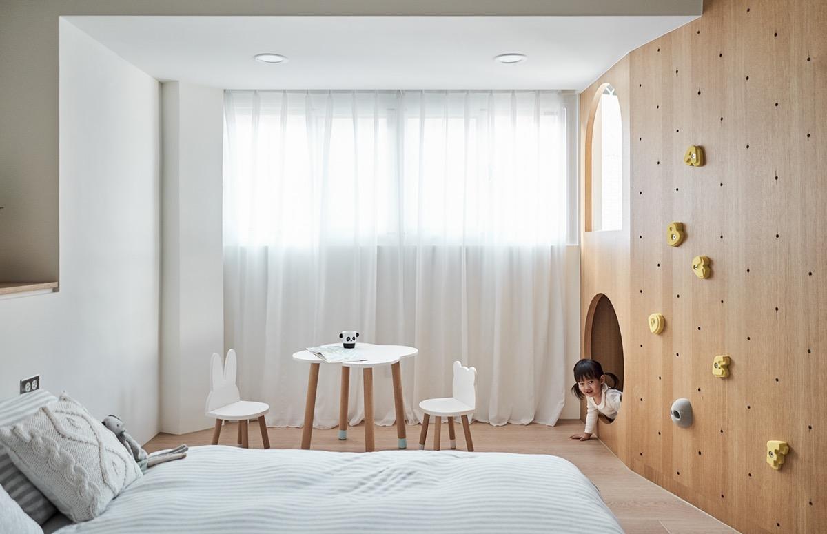 Tường leo núi tích hợp góc vui chơi âm tường thú vị. Bộ bàn ghế xinh xắn với kích thước phù hợp với chiều cao của trẻ.