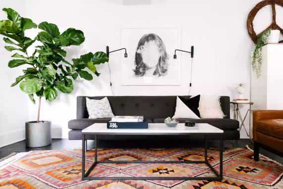 Phòng khách nhỏ với phông nền màu trắng giúp đồ nội thất tối màu trở nên nổi bật hơn.