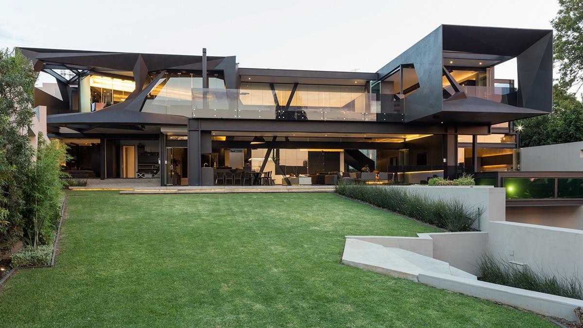 Với cấu trúc khung thép và kính chủ đạo, biệt thự không hề tạo cảm giác thô cứng hay lạnh lẽo nhờ thiết kế mở kết nối với thiên nhiên bên ngoài.