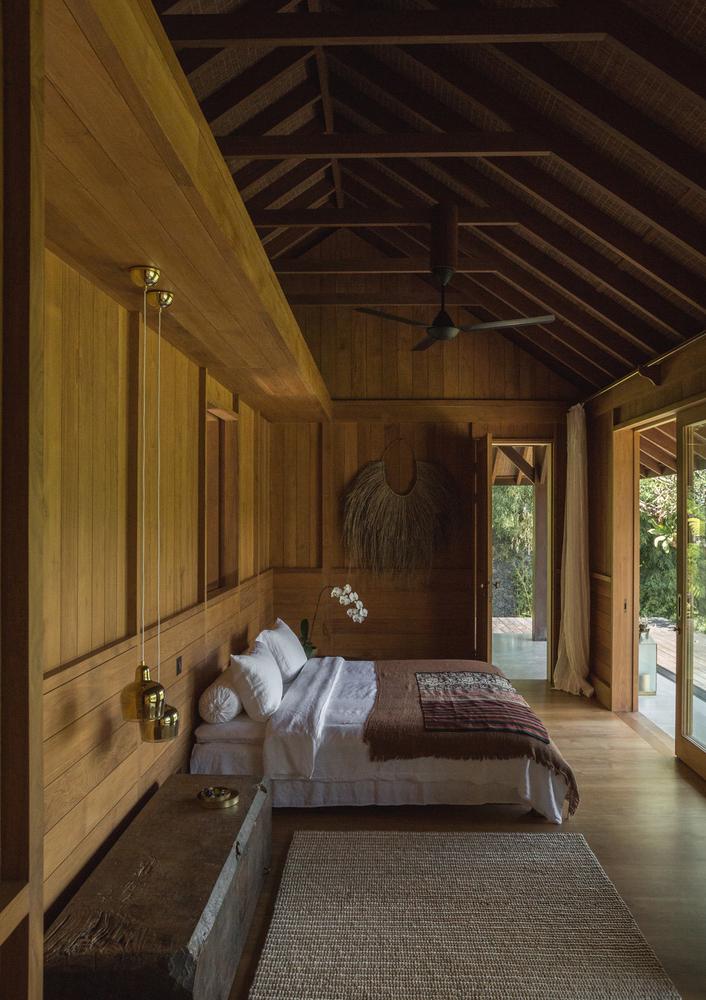 hình ảnh phòng ngủ được lát sàn, ốp tường bằng gỗ tếch