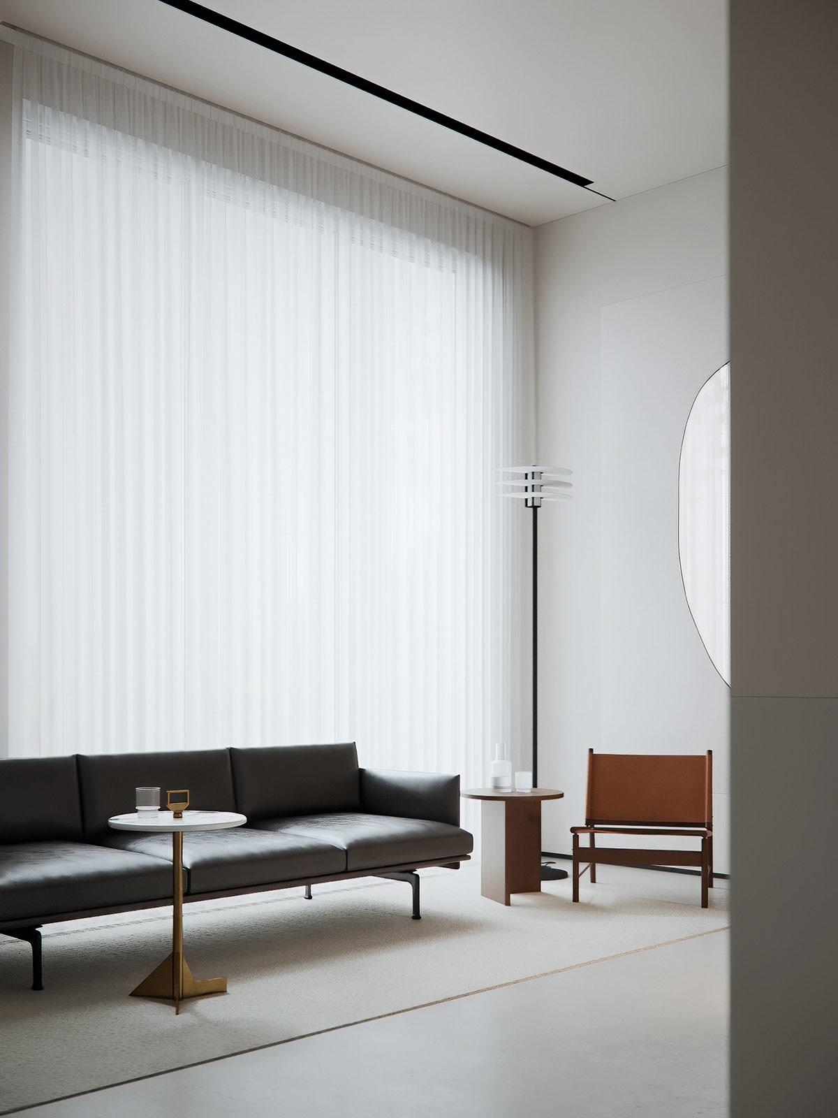 Gương treo tường cùng sơn màu trắng chủ đạo góp phần khuếch tán ánh sáng tự nhiên từ khung cửa sổ cao rộng.
