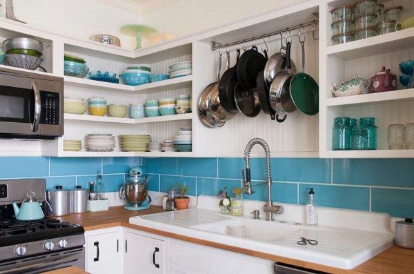 hình ảnh góc phòng bếp với hệ kệ mở gắn tường đựng bát đĩa, thanh treo xoong chảo