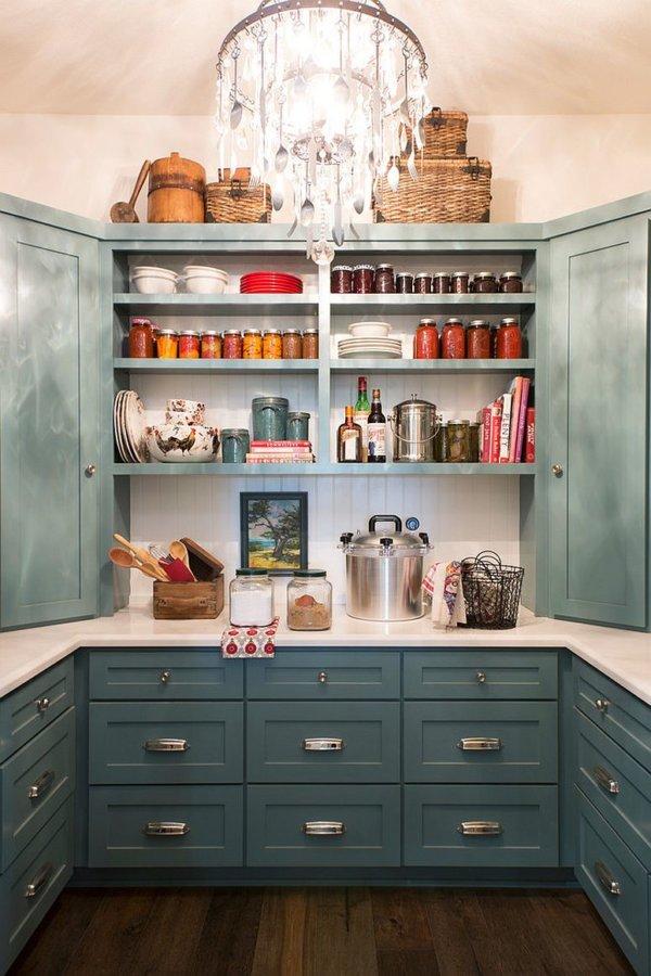 Góc bếp trang nhã và hiện đại với tủ kệ, giá đỡ thông minh.