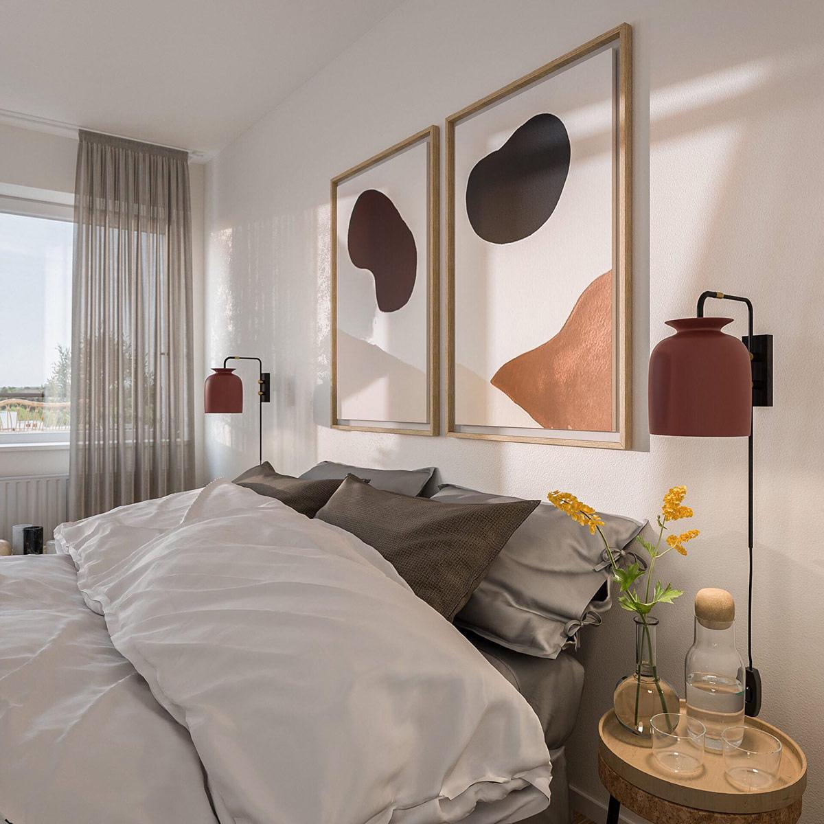 góc phòng ngủ với giường nệm màu trắng, tranh màu xanh lam và đỏ tía đầu giường