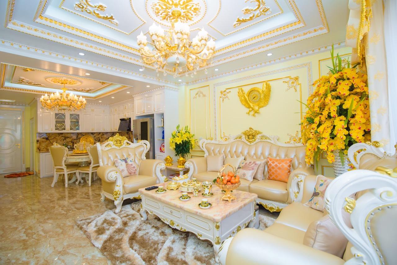 toàn cảnh phòng khách liên thông phòng ăn với nhiều chi tiết dát vàng