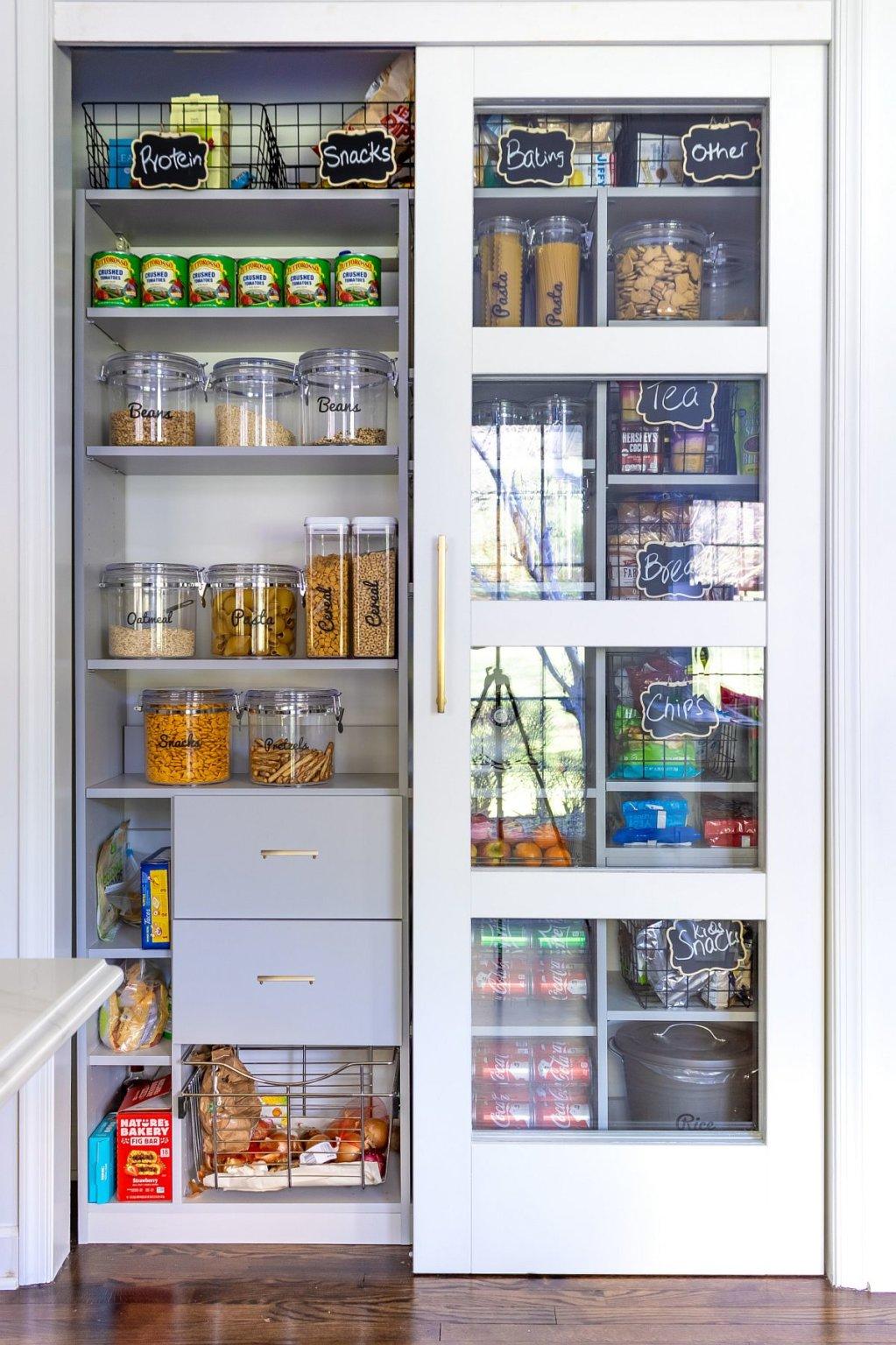 Mẫu tủ kệ lưu trữ thực phẩm, đồ khô gọn gàng, đẹp mắt trong phòng bếp.