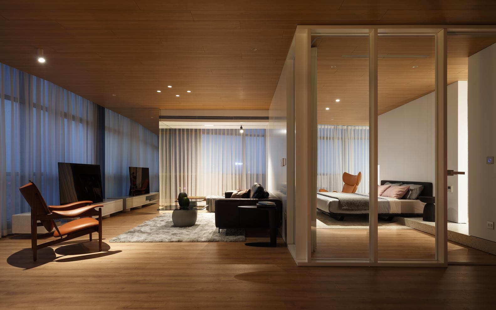 hình ảnh toàn cảnh phòng khách rộng rãi, phòng ngủ sử dụng vách ngăn kính