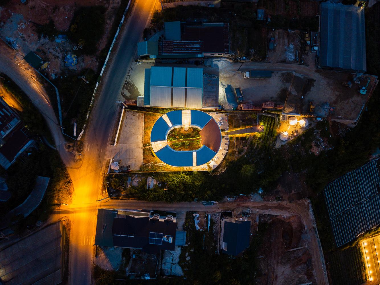 khuôn viên khách sạn về đêm với ánh đèn vàng lung linh, ấm áp