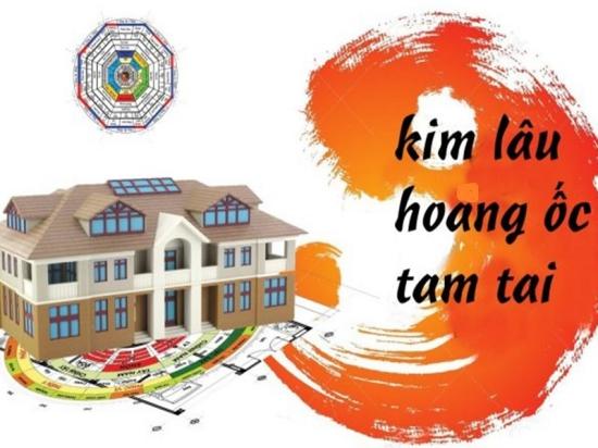 hình ảnh mô hình ngôi nhà và dòng chữ đen trên nền vàng tượng trưng cho việc xem tuổi làm nhà năm 2021