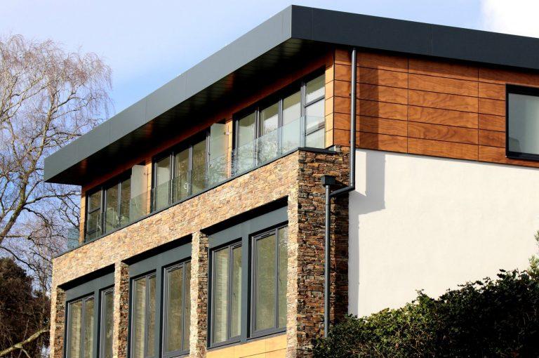 hình ảnh cận cảnh mặt tiền ngôi nhà với gạch ốp tường giả gỗ kết hợp đá tự nhiên