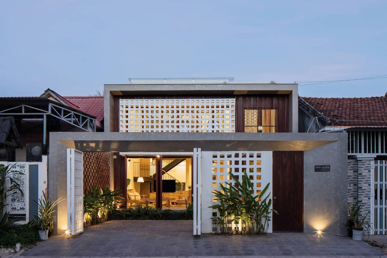 cận cảnh mặt tiền ngôi nhà đẹp ở Kon Tum với gạch lỗ thông gió mặt tiền màu trắng