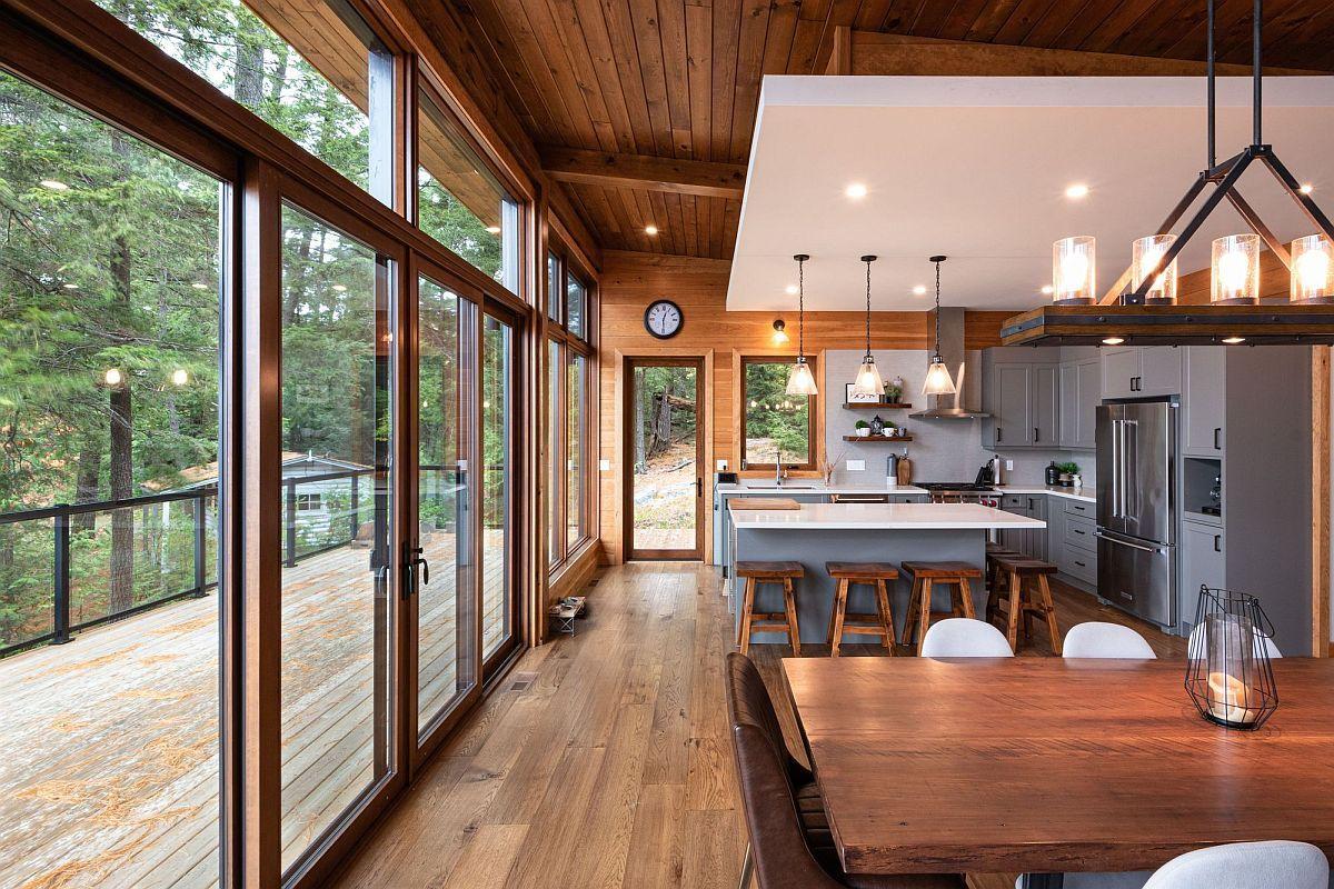 hình ảnh phòng bếp kết hợp phòng ăn, trần gỗ, tường kính trong suốt