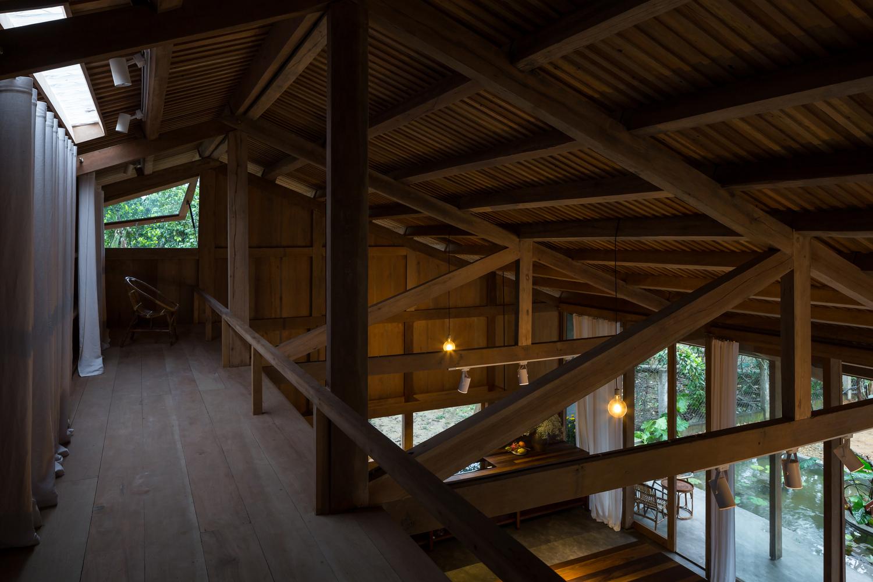 Tất cả không gian của ngôi nhà được bao phủ bởi phần mái rộng lớn, đảm bảo tạo bóng và làm mát nhà hiệu quả.