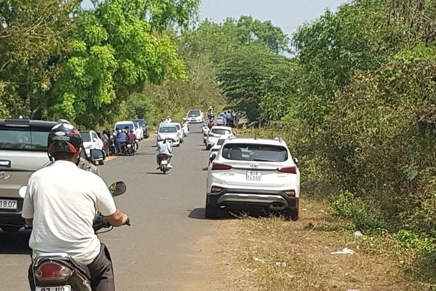hình ảnh ô tô, xe máy đầy đường khu vực sốt đất ở Bình Phước