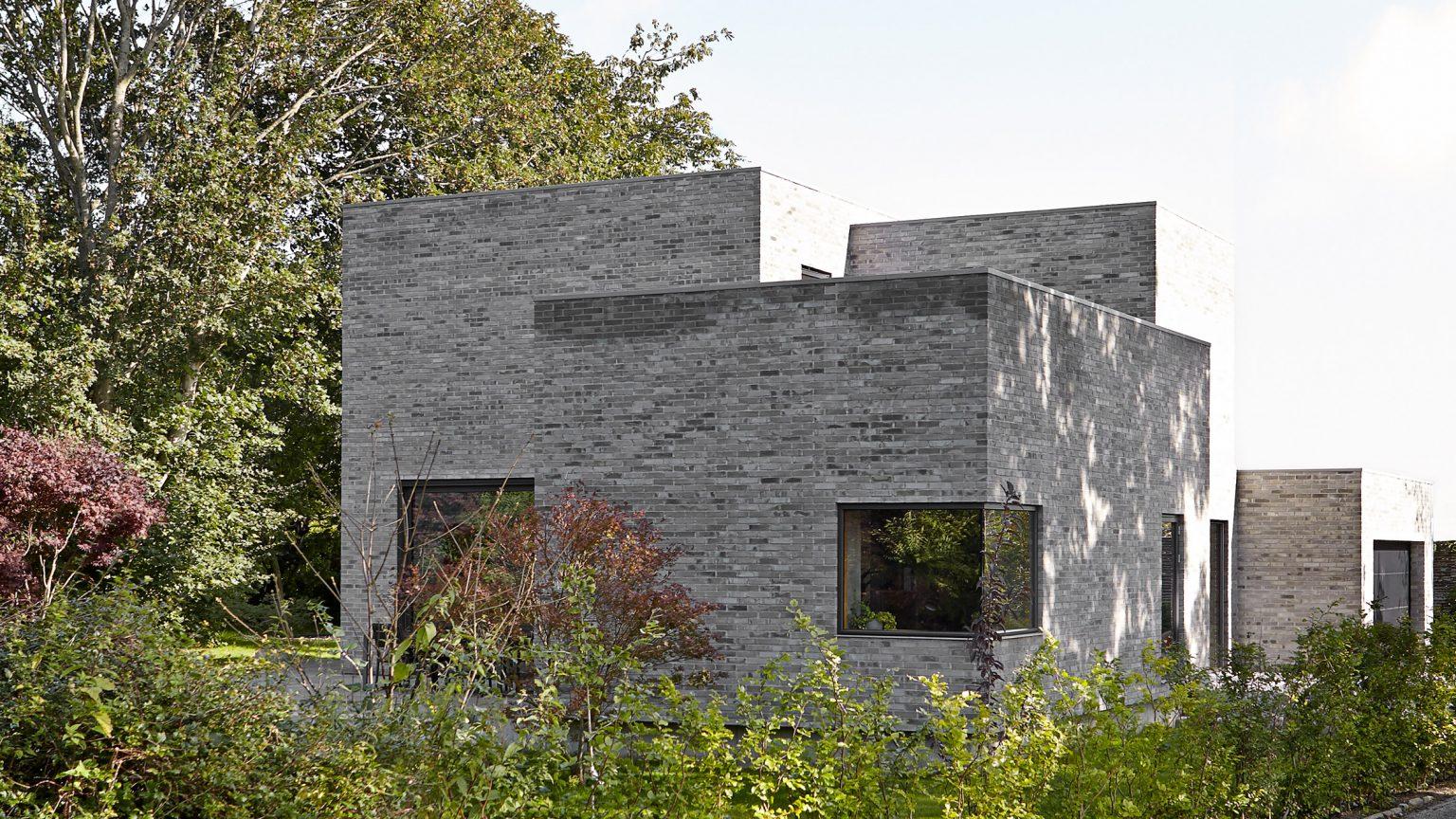 hình ảnh toàn cảnh mặt ngoài ngôi nhà bê tông 2 tầng ở Đan Mạch
