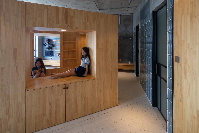 Để các hoạt động của trẻ diễn ra mà không bị gián đoạn, kiến trúc sư kết nối không gian bên trong khối hộp gỗ theo cả chiều ngang lẫn chiều dọc.