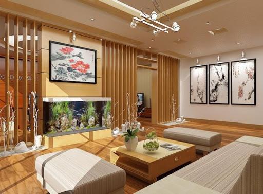 Không gian phòng khách rộng rãi, thoáng sáng với nội thất gỗ chủ đạo mang lại cảm giác ấm áp, thân thiện và chào đón.