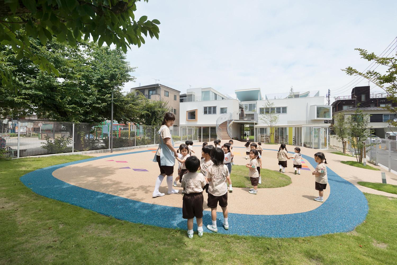hình ảnh cô trò mẫu giáo đang vui chơi trong sân trường