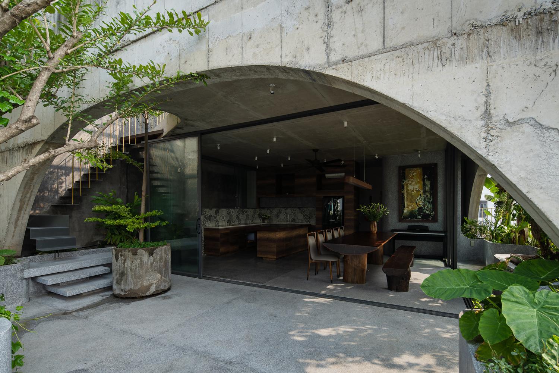 Công trình mang đậm dấu ấn cá nhân của gia chủ với vật liệu thô mộc, không gian sống ngập tràn nắng gió và cây xanh.