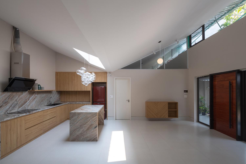 phòng bếp với mái chữ V trũng xuống