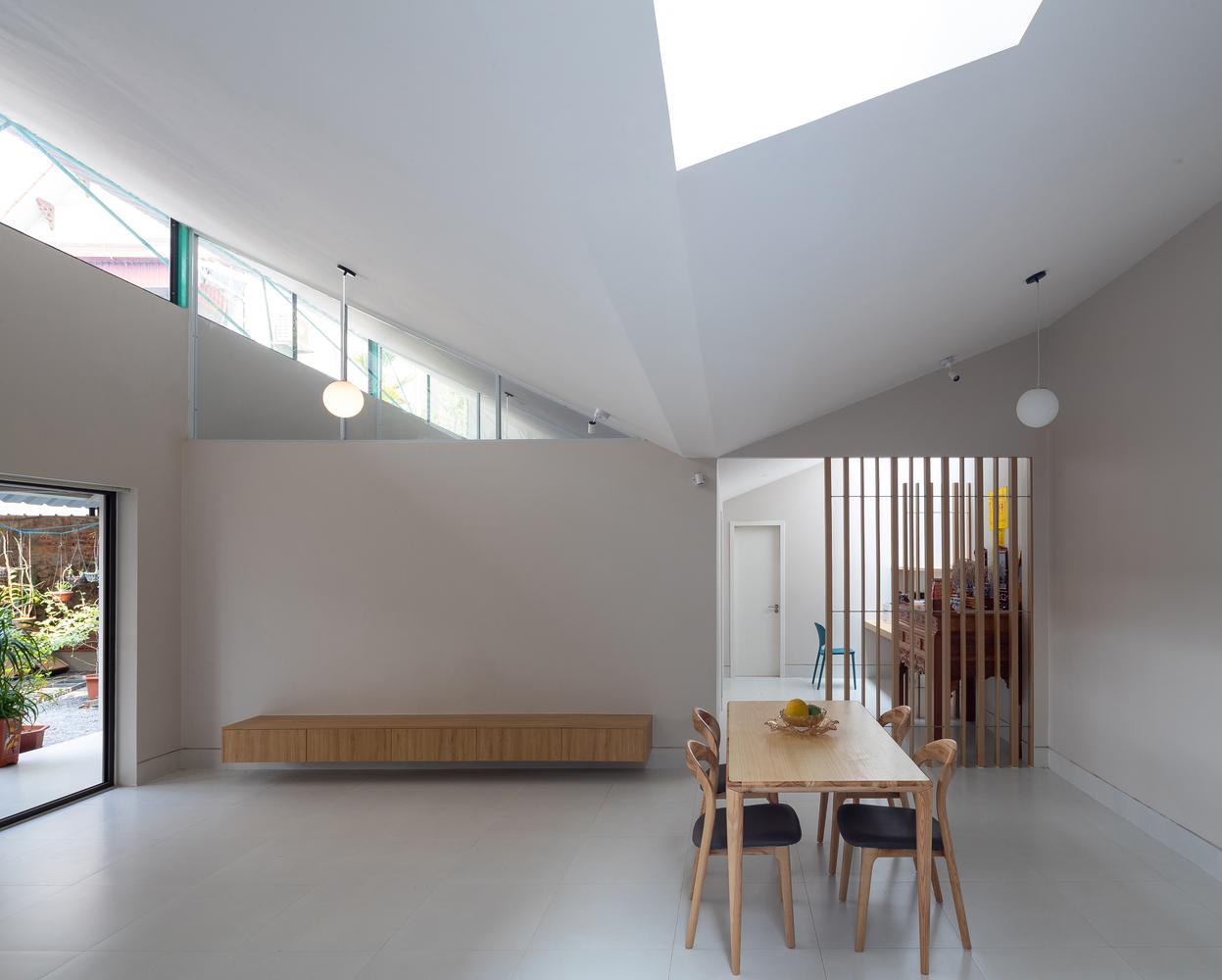 Các khe hở, khoảng trống trên mái được thiết kế khéo léo để đón ánh sáng tự nhiên vào nhà và đối lưu không khí hiệu quả.