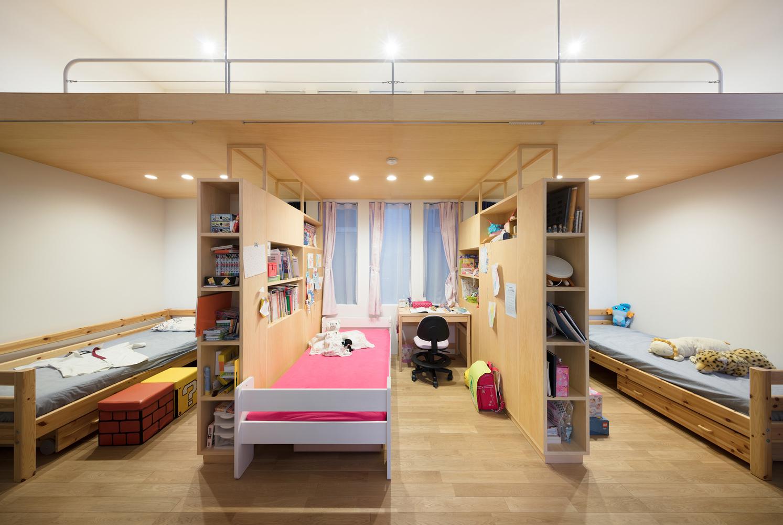 Không gian ngủ nghỉ, học tập và làm việc được thiết kế tinh tế với vách gỗ kiêm tủ sách.