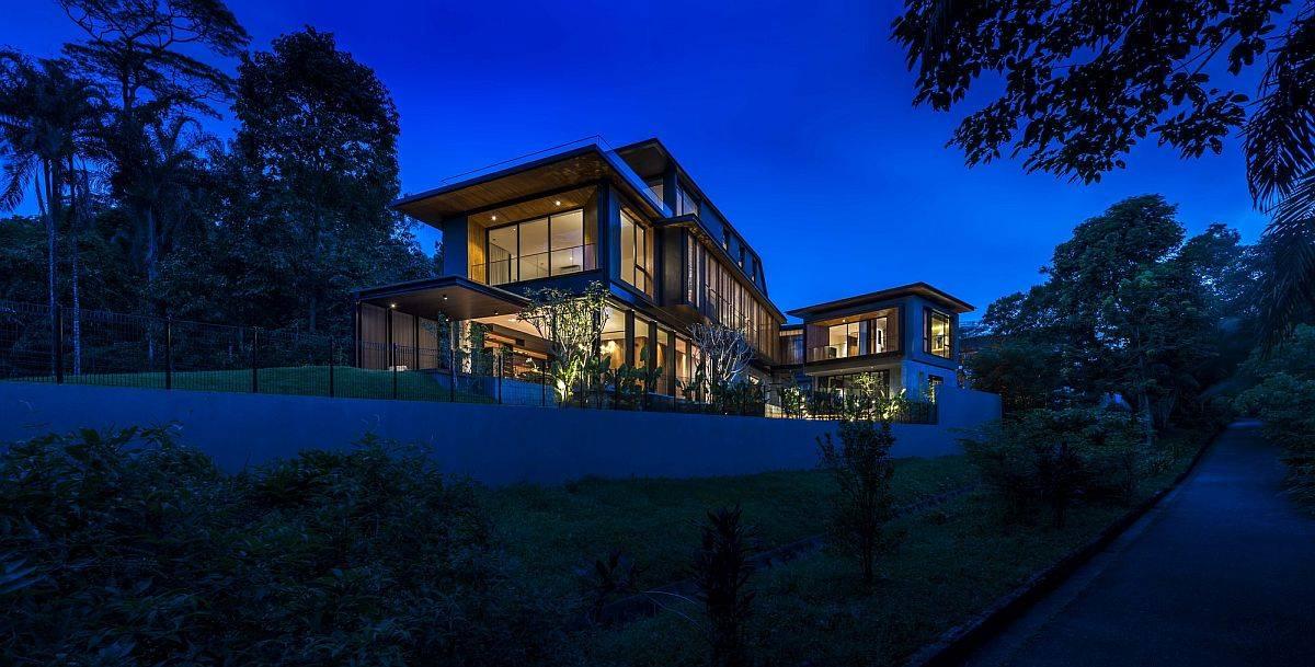 Khung cảnh ngôi nhà về đêm với ánh đèn vàng ấm áp.