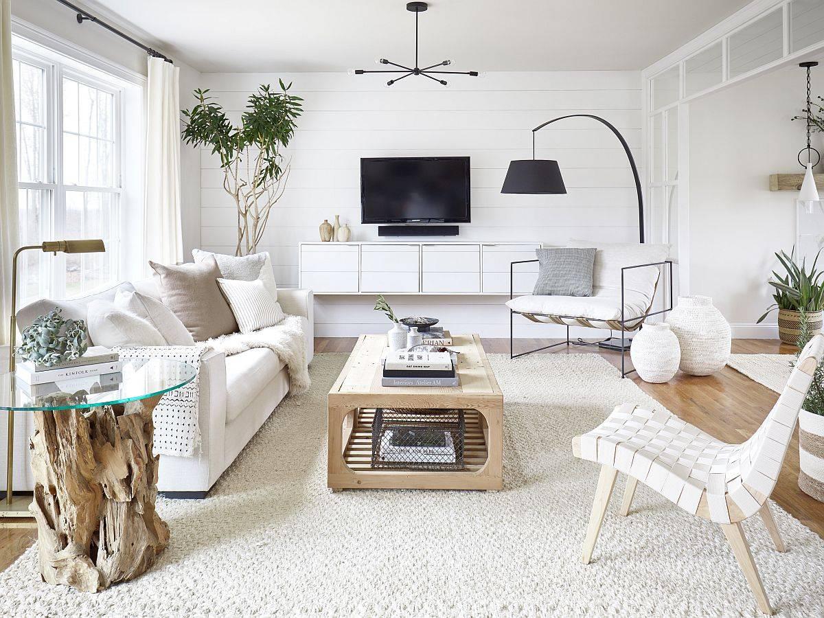 Phòng khách hiện đại tông màu trắng kết hợp nội thất gỗ và ánh sáng tự nhiên ngập tràn tạo cảm giác rộng rãi, thoáng đãng hơn so với diện tích thực tế.