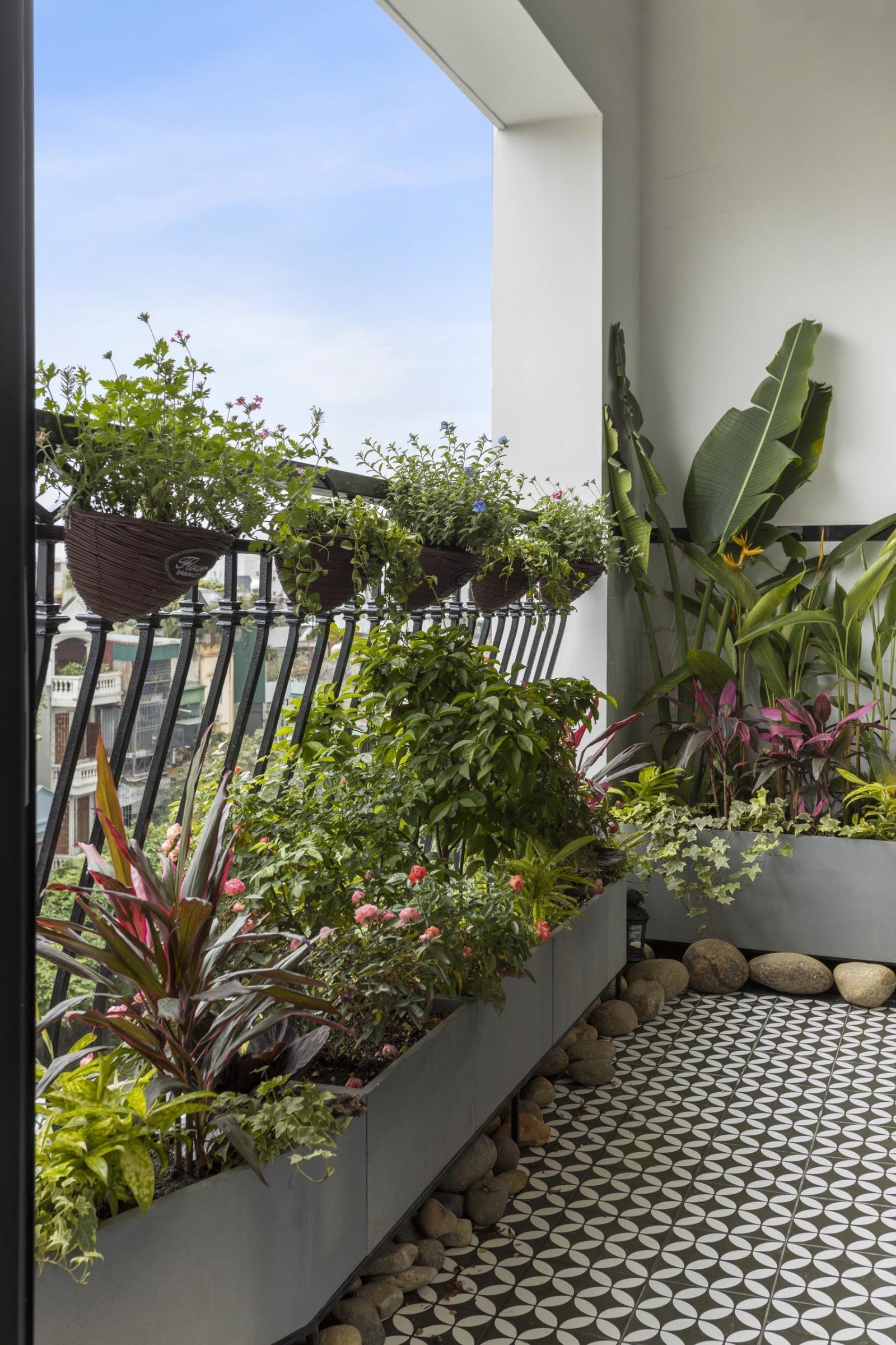Ban công căn hộ Duplex ngập tràn sắc xanh thiên nhiên, tạo góc thư giãn lý tưởng.