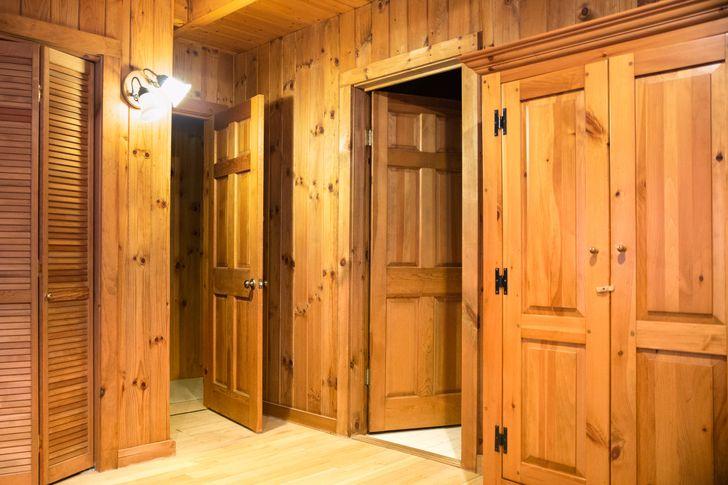 cận cảnh bên trong nhà toàn bằng gỗ cho tường, trần, cửa ra vào