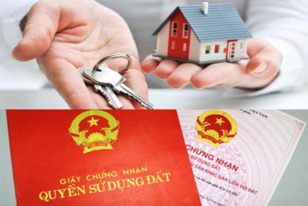 hình ảnh sổ đỏ, mô hình ngôi nhà, bàn tay cầm chìa khóa