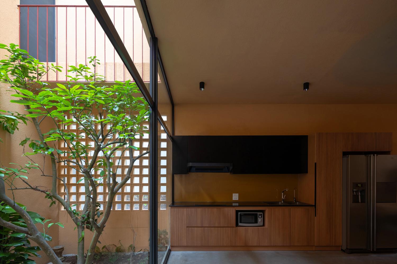 Gian bếp ấm cúng được đặt cạnh khoảng thông tầng thoáng đãng, ngập tràn ánh sáng.