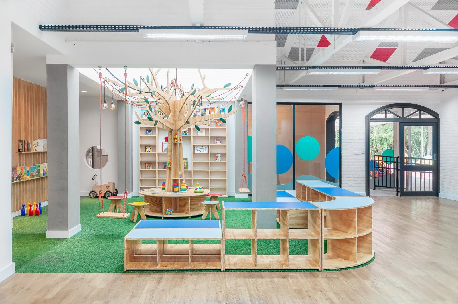 Kiến trúc sư chủ yếu sử dụng chất liệu gỗ màu sáng cho đồ nội thất trường mẫu giáo vì nó mang lại cảm giác ấm cúng và tự nhiên cho không gian học tập.