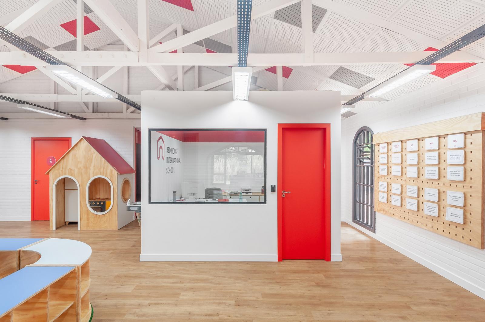 hình ảnh không gian bên trong trường học với những cánh cửa màu đỏ cam nổi bật