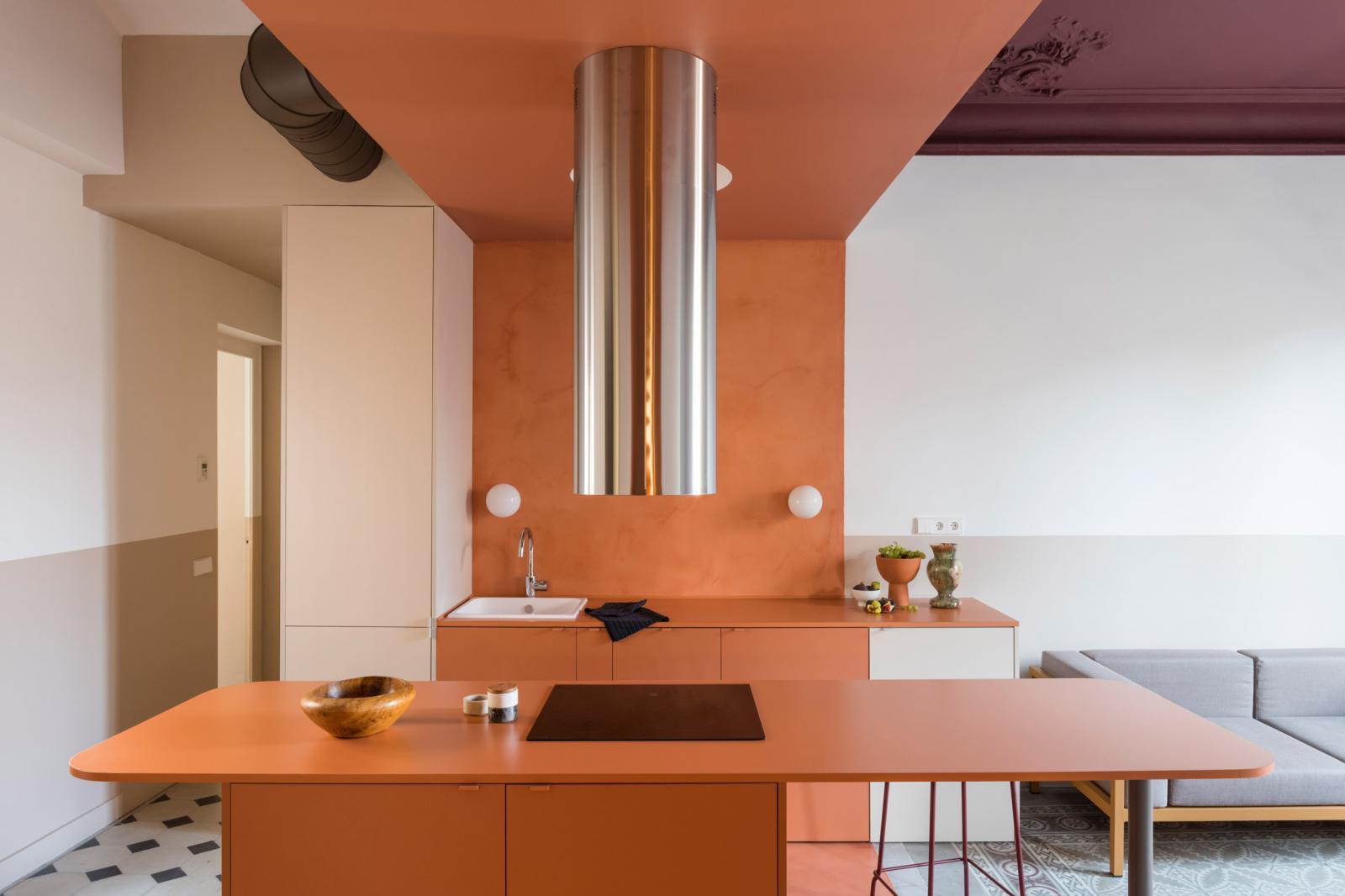 Phòng bếp gây ấn tượng ngay từ cái nhìn đầu tiên bởi thiết kế bàn đảo thông minh và tông màu cam đất nổi bật.