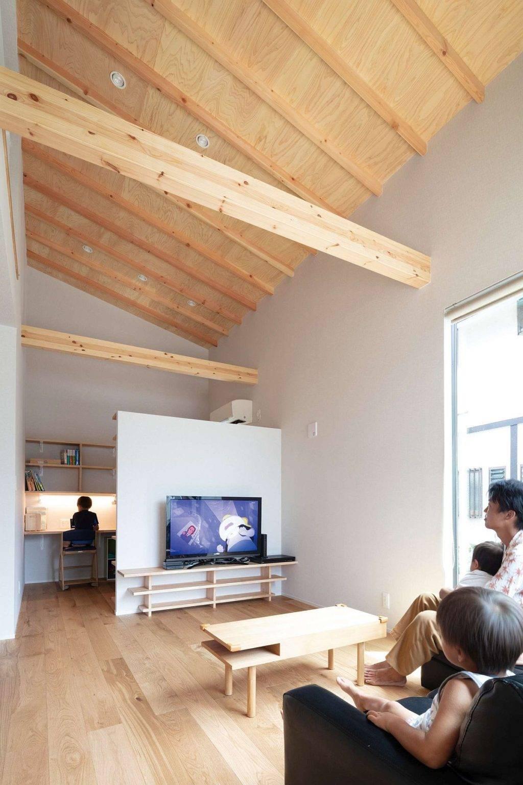 Tường lửng giúp phân tách tương đối giữa phòng khách với không gian làm việc, học tập gọn thoáng ở phía trong.