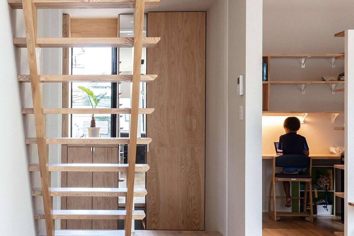 Cầu thang gỗ dẫn lên tầng cao nhất của ngôi nhà. Thiết kế cầu thang kiểu bậc hở tạo độ thông thoáng cho không gian, cho phép ánh sáng lan tỏa vào mọi ngóc ngách.