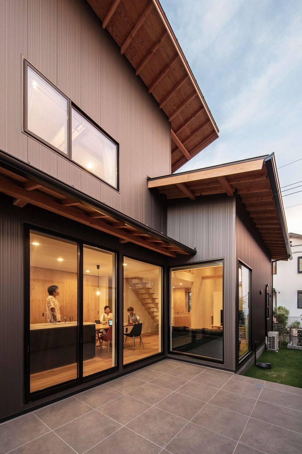 Cửa kính trượt của ngôi nhà kết nối khu bếp - ăn với không gian bên ngoài.