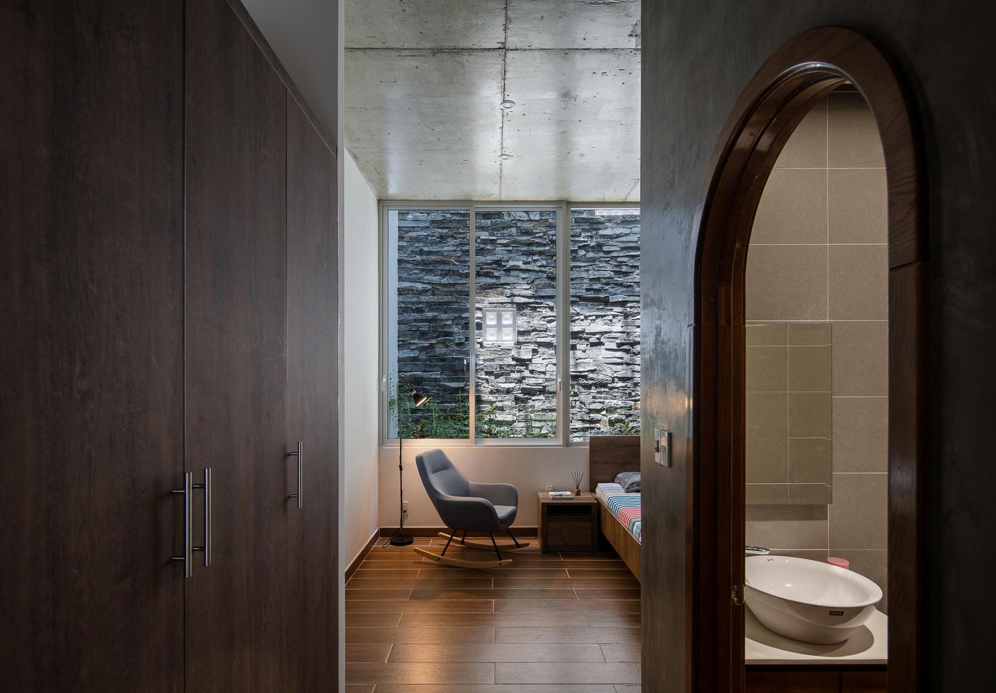 Vật liệu tự nhiên, nội thất tối giản tông màu trung tính tạo cảm giác thư giãn tối đa cho người dùng và phù hợp với điều kiện thời tiết nắng nóng.