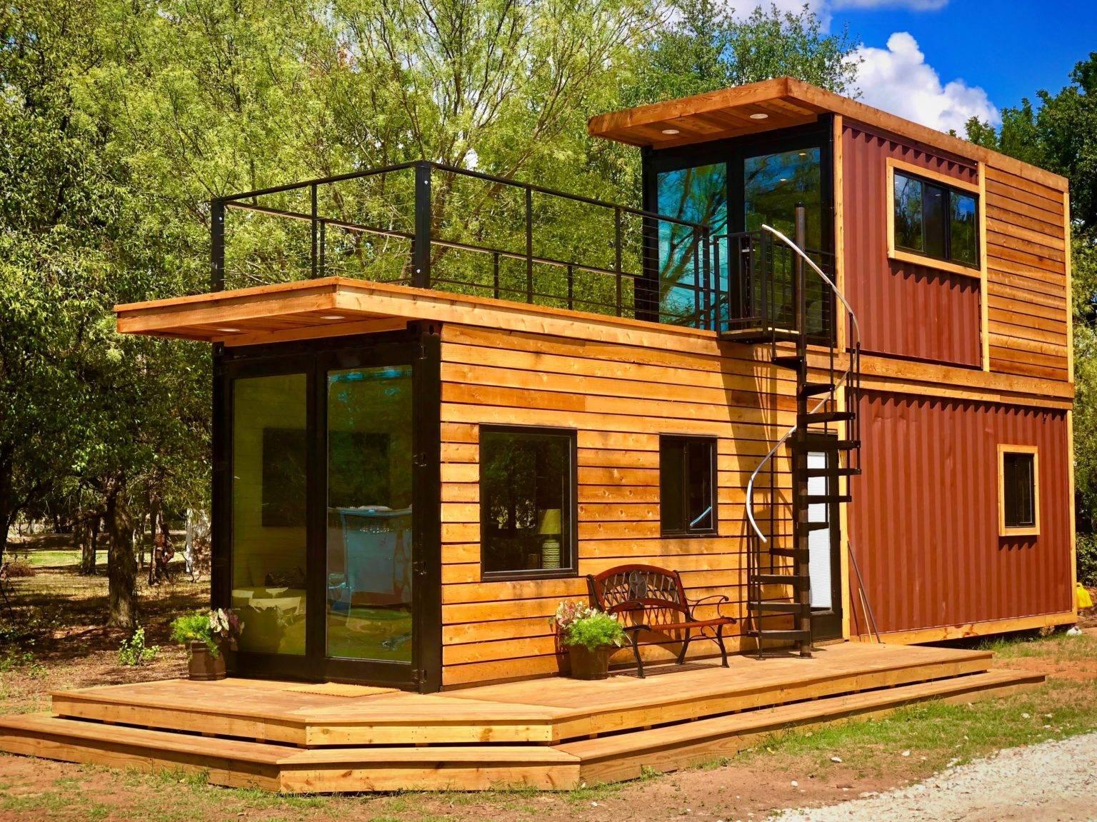 Nhà container hiện rất phổ biến vì chúng bền vững, thân thiện với môi trường và tiết kiệm chi phí. Ngôi nhà này lấy cảm hứng từ gỗ có sân thượng và cầu thang xoắn ốc độc đáo.