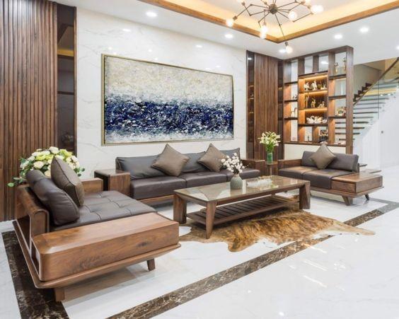 phòng khách nhà ống với sofa gỗ bọc đêm da, tranh tường trừu tượng