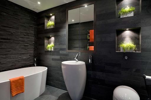 Phòng tắm nhà ống 4 tầng ốp gạch màu đen xám ấn tượng, làm nền cho nội thất màu trắng thêm phần nổi bật, giúp tăng chiều sâu không gian.