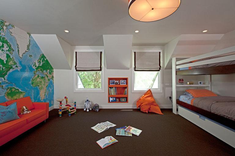 Trang trí phòng ngủ bé trai đơn giản mà ấn tượng với bản đồ thế giới lớn bao phủ toàn bộ một bức tường. Thiết kế giường tầng gọn đẹp, nhường mặt sàn cho các hoạt động khác.