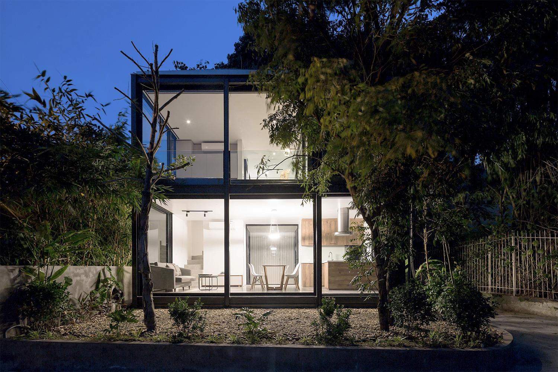 khung cảnh ngôi nhà trong suốt về đêm