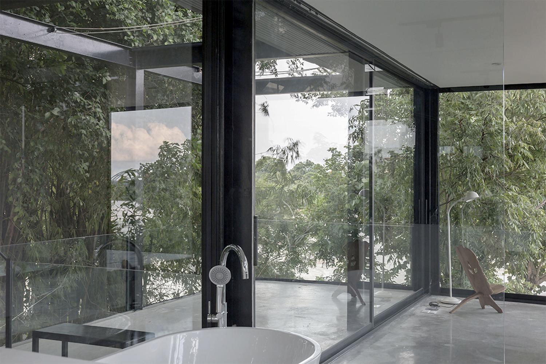 cận cảnh phòng tắm trong suốt