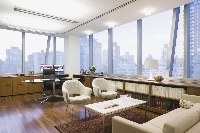 Bàn làm việc hình bầu dục bằng gỗ ốp mặt kính được nhiều người lựa chọn khi thiết kế và bài trí văn phòng tại nhà.