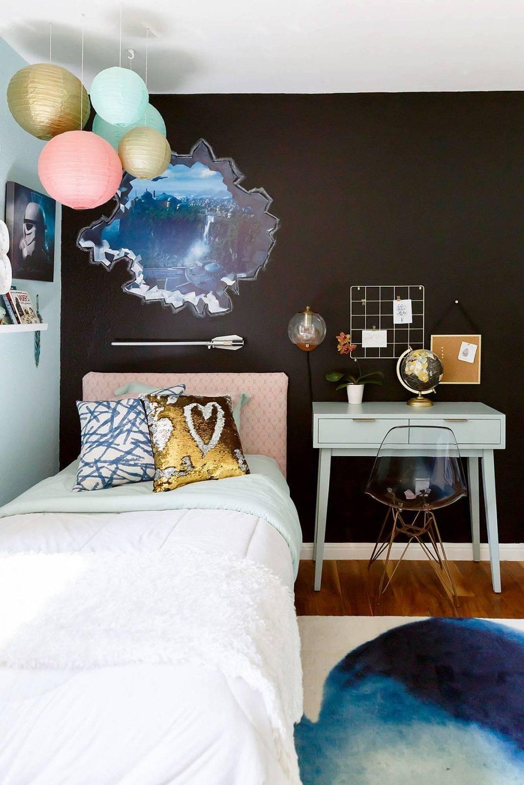 Màu đen trong phòng ngủ này giúp gia tăng chiều sâu cho căn phòng.